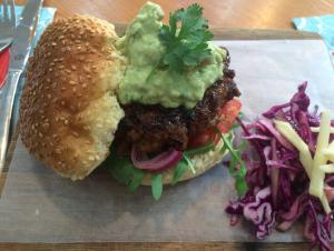 Pork banger burger met roket, tamatie, pekeluie, guacamole en koolslaatjie